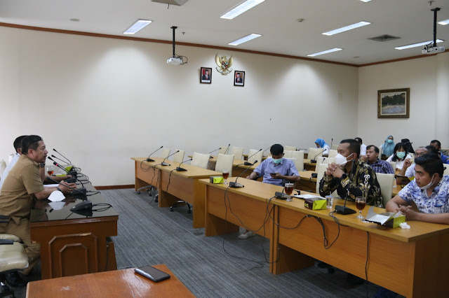 DPRD Toba saat melakukan kunker ke DPRD Sumut hanya diterima staf humas DPRD Sumut.(foto/ist)
