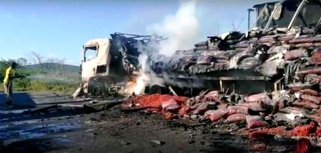 Carreta carregada de morango pega fogo na BA-142, em Andaraí