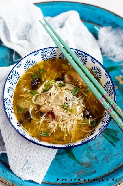 zupa, obiad, chinska, azjatycka, ostro-kwasna,bernika, kulinarny pamietnik, makaron, sojowy