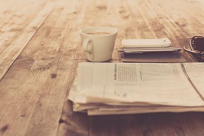 taza de café y diario a la vieja usanza