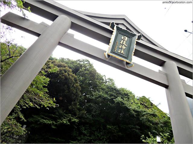 Torii de la Entrada Oeste al Santuario Hie en Tokio