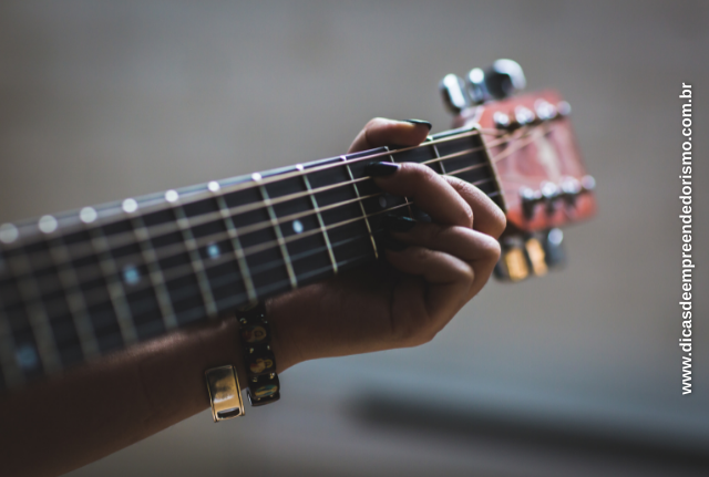 A musica é um nicho amplo. Aprender a tocar violão é o nicho