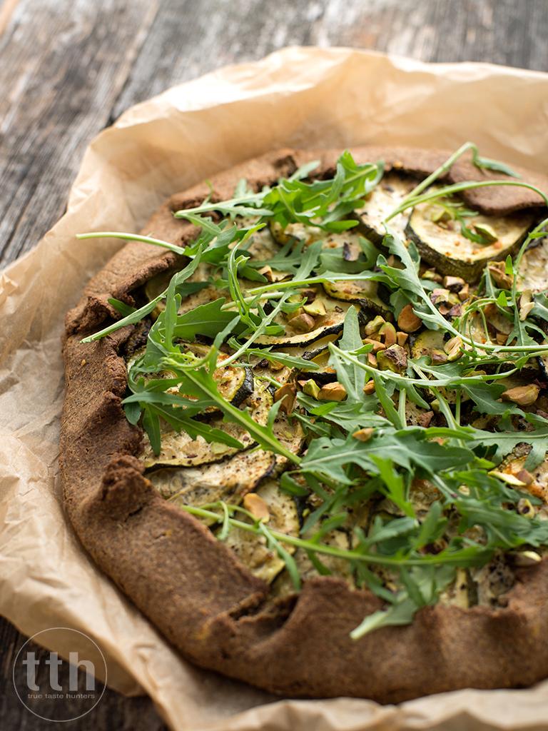 Galette z cukinia i pesto pistacjowym - przepis weganskie, bezglutenowe , roślinna kuchnia blog kulinarny