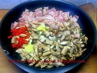 Κόκορας γεμιστός με μπέικον και μανιτάρια - από «Τα φαγητά της γιαγιάς»