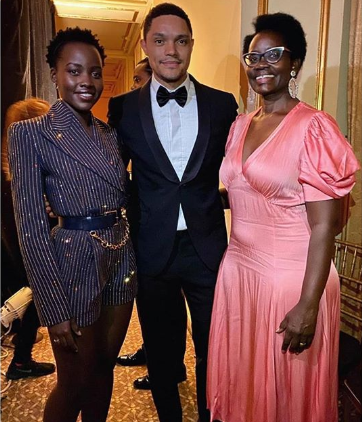 Trevor Noah presents the Harlem School of the Arts Visionary Lineage Award to Lupita Nyong'o and her mum Dorothy Nyong'o