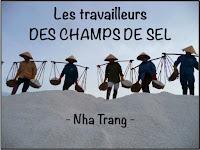 Les travailleurs des champs de sel à Nha Trang au Vietnam