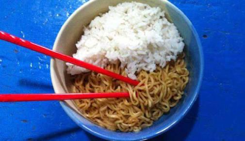 10 Bahaya di Balik Makan Nasi Dicampur Mie Instan