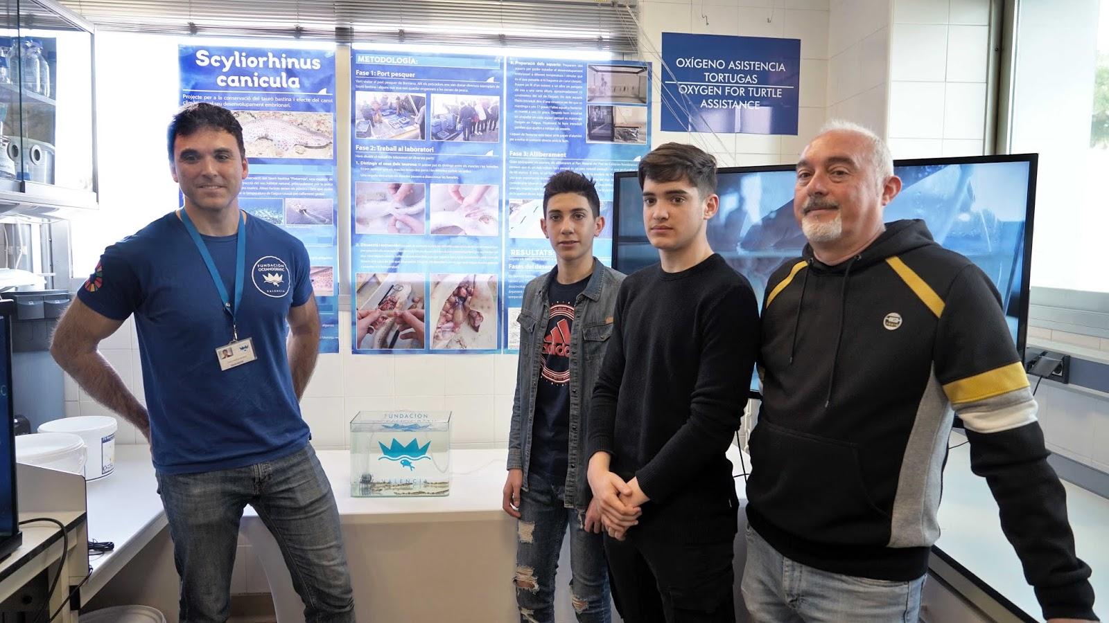 Los dos estudiantes posan  el investigador de la Fundación Oceanogràfic, izda, y su profesor.