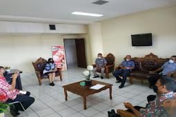 Aang Wardiman Pimpin Tim Diskominfosandi Bolaang Mongondow Utara ke Ivonne Kawatu