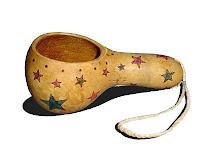 Kabaktan yapılmış olan ve üzerinde yıldız süsleri olan bir susak yada saplı bardak