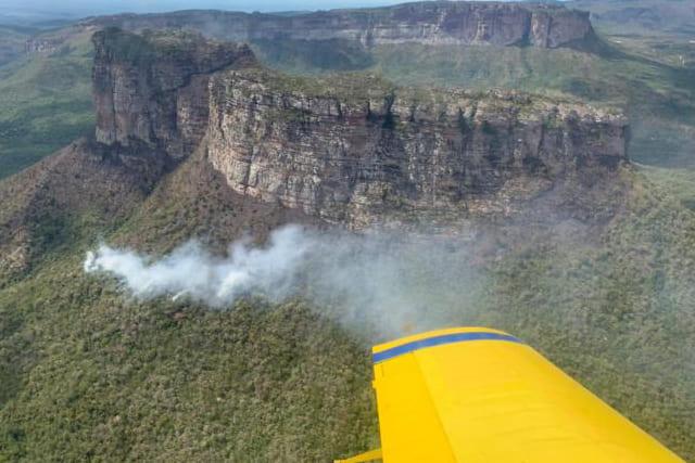 Bombeiros e brigadistas se unem em novo combate a incêndio na Chapada Diamantina
