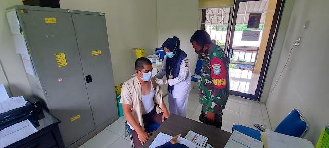 Sertu Rahmanto, Babinsa Koramil 14/ BTR, Dampingi masyarakat vaksinisasi