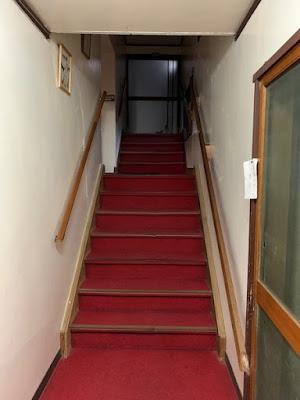 大浴場のある建物へ続く階段