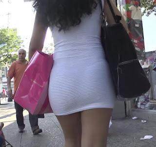 Sexy morena vestido blanco entallado