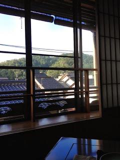 il sole mattutino filtra attraverso la finestra