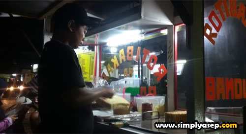 MARTABAK MANIS : Sempat memfoto mamang Martabak Manisnya di malam pertama di kota Malang, dan di penginapan OYO (23/2/2020)  Foto Asep Haryono