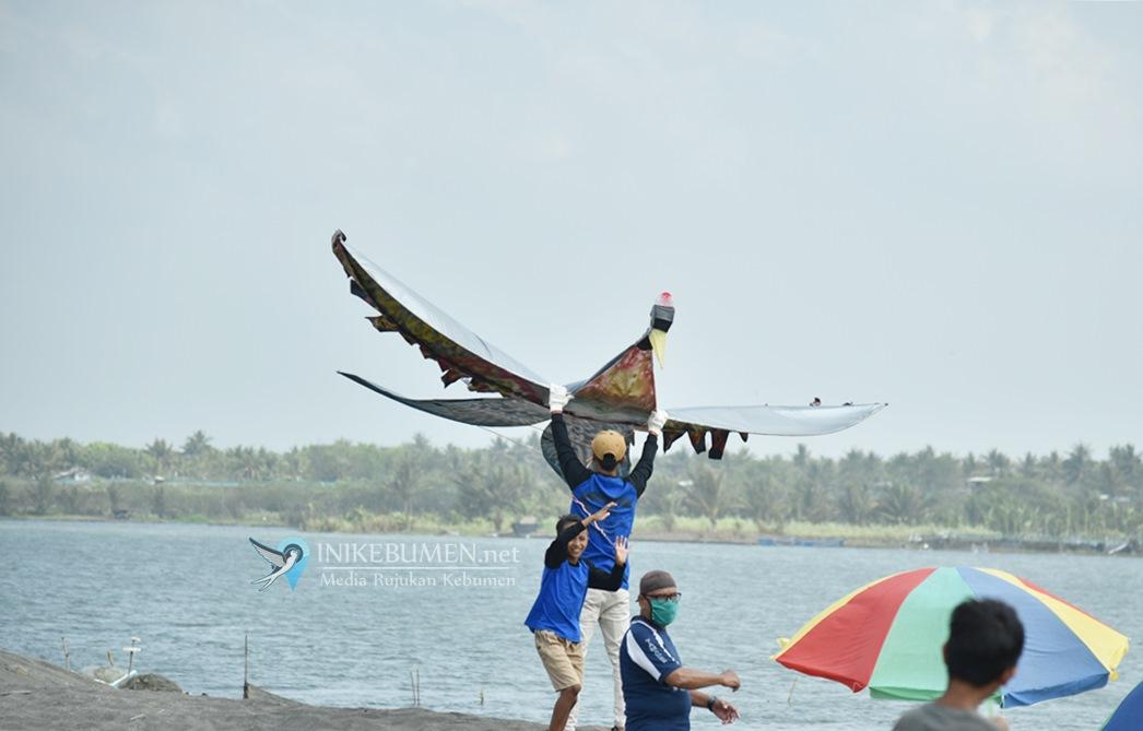 Seru! Festival Layang-Layang di Pantai Tanggulangin