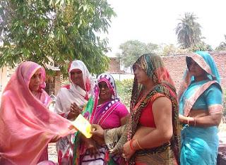 पंचायत चुनाव ; घूंघट की आड़ से निकलकर पति के लिए वोट मांग रही हैं शर्मिला यादव