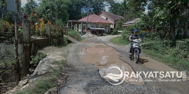 Tanggapi Curhatan Warga Pata'padang, Bupati Torut : Jalanan Kubangan Kerbau Akan Segera Dibenahi