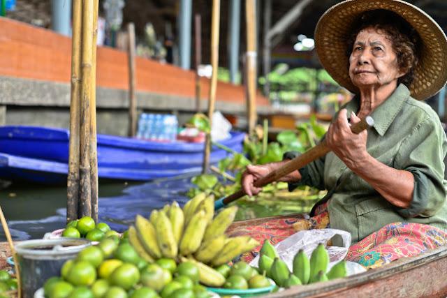 Тайская пенсионерка на лодке