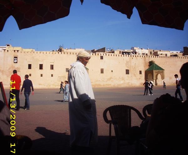 oameni-in-meknes-maroc