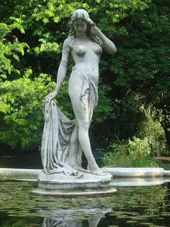 La estatua se ahoga en la fantasía