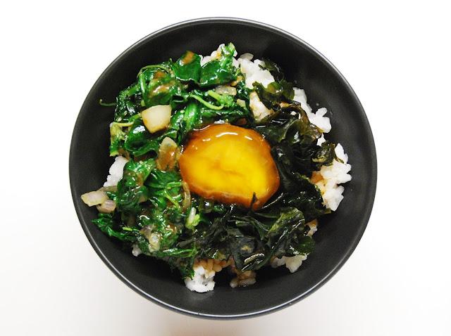 Bol de riz aux épinards et oeuf confit au soja