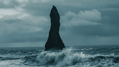 Wallpaper HD Big rock in the middle of the sea
