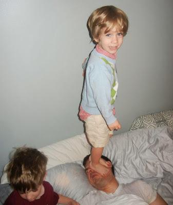 Hijo parado en la cara de papá