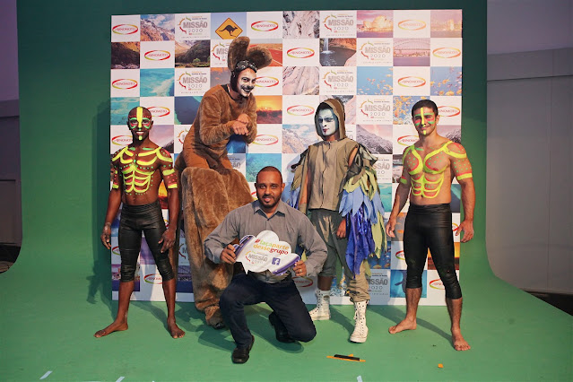 Atração com perna de pau que pula personagem canguru de Humor e Circo Produtora para eventos em São Paulo.
