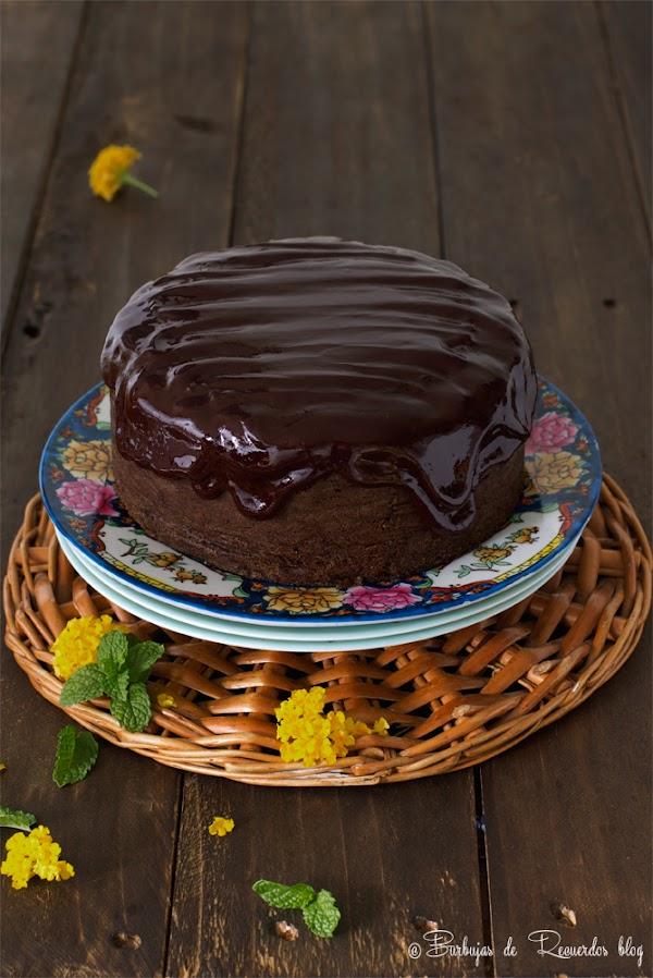 Bizcocho vegano de cacao y calabaza con glaseado de fudge de cacao