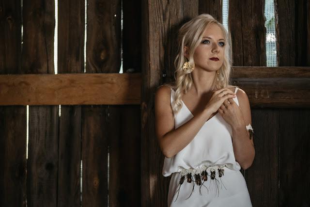 Ozdoba na suknię ślubną z piórami