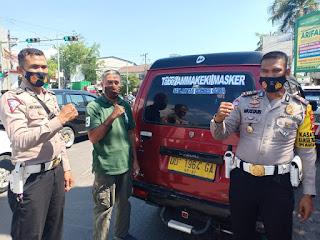 "Intens Beri Edukasi Masyarakat, Kasat Lantas Polres Gowa Pasang Stiker"" Ammakeki Masker ""Di Kendaraan Umum"