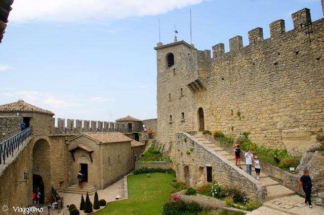 Il cortile interno della Torre Guaita con i camminamenti e la Chiesetta