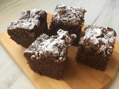 Ciasto czekoladowe z kruszonką i śliwkami