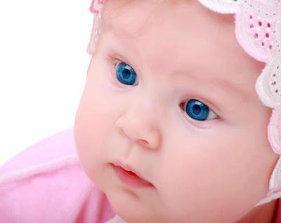 طفلة صغيرة بعيون زرقاء اللون