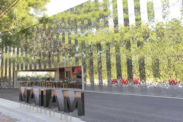 Chiang Mai có rất nhiều bảo tàng, trưng bày nhiều hiện vật đậm chất sáng tạo của cộng đồng người Thái. Đặc biệt là bảo tàng nghệ thuật đương đại MAIIAM mới được cải tạo từ một khu công nghiệp cũ, cùng thiết kế bên ngoài tòa nhà khiến nó như hòa mình vào với cảnh quan thiên nhiên xung quanh. MAIIAM chính là bảo tàng đầu tiên tại Thái Lan đoạt giải thưởng Bảo tàng mới tốt nhất châu Á Thái Bình Dương vào năm 2017.