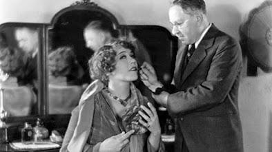 c. 1924 Factor applies lipstick to Hollywood  star Louise Fazenda. IMAGE: HULTON