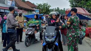 Serka Yen Nafri Topit Yang Tergabung Dalam Satuan Tugas Penangganan Covid-19 Membagikan Masker Gratis Dan Vitamin C