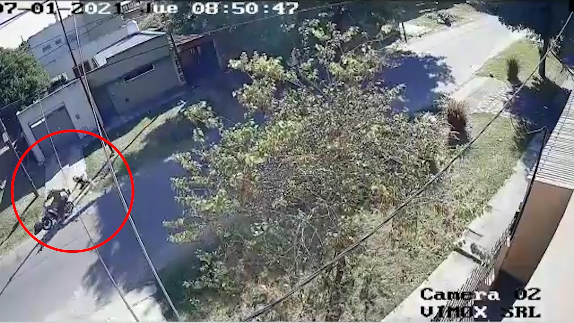 """VIDEO: Un """"motochorro"""" arrastró a una jubilada por la calle en La Plata para robarle la cartera"""