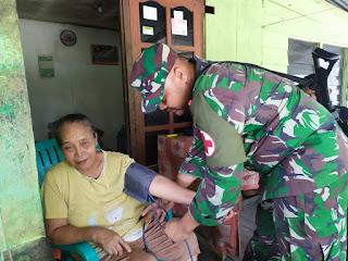 Dalam Suasana Natal Satgas Raider 300 Berikan Pelayanan Kesehatan