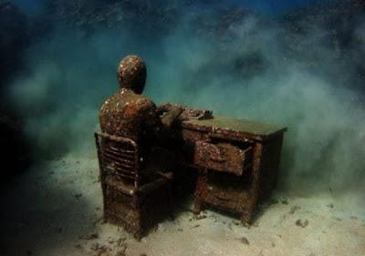 Impresionante escultura en el oceano llena de corales