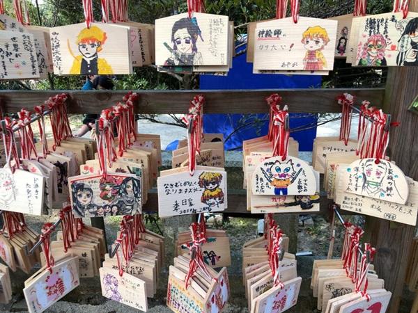 ศาลเจ้าคามาโดะ (Kamado Shrine: 竈門神社) @ www.reddit.com/r/KimetsuNoYaiba