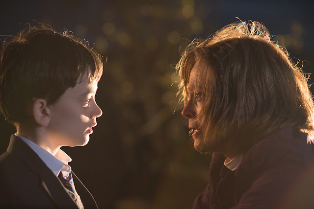 Lewis MacDougall es Connor y Sigourney Weaver su abuela