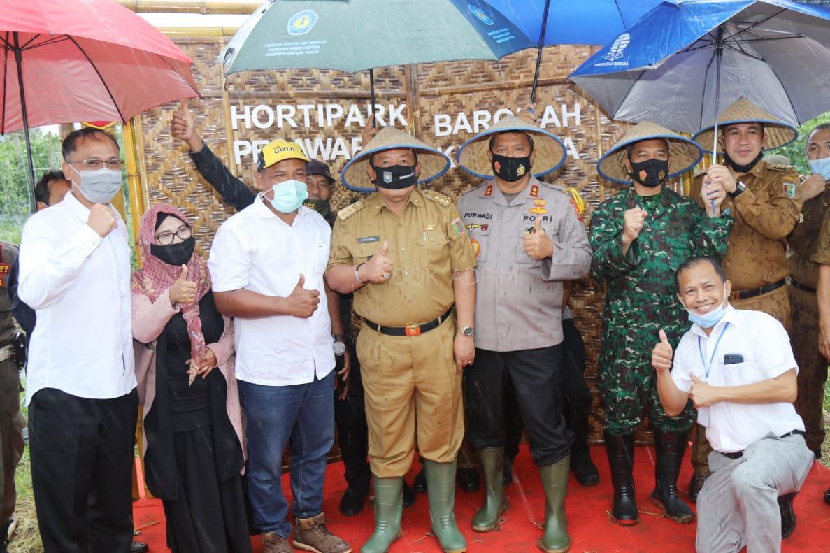 Wujudkan Lampung sebagai Lokomotif Pertanian Indonesia, Gubernur Arinal Panen Perdana Melon dan Semangka di Agrowisata Hortipark Pesawaran