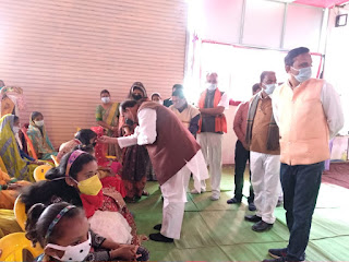 पूर्व विधायक दुबे ने प्रधानमंत्री किसान सम्मान निधि कार्यक्रम में किसानों को किया संबोधित और हितग्राहियों को बांटे पत्रक