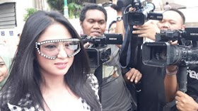 Dewi Perssik Dilarang Ibu Pulang Kampung