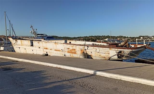 Οι ενέργειες του Δημοτικού Λιμενικού Ταμείου Ερμιονίδας για την απομάκρυνση πλοίου από το λιμάνι Πόρτο Χελίου