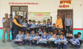 गरीबा बच्चों को पुस्तक व स्कूली बैग दिया गया  | #NayaSaberaNetwork