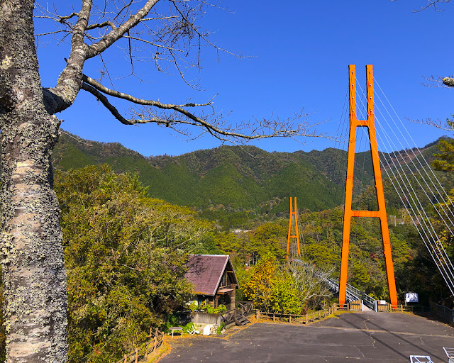 すきむらんど の大吊橋。柱がオレンジ